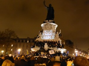 Je suis Charlie projected on the monument at Place de la Républic